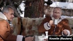 Владимир Путин и Сергей Шойгу в сибирской тайге 21 марта 2021 г.