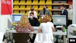 Вицепремиерите Никола Димитров и Фатмир Битиќи и министерот за правда Бојан Маричиќ на вакцинација против ковид-19