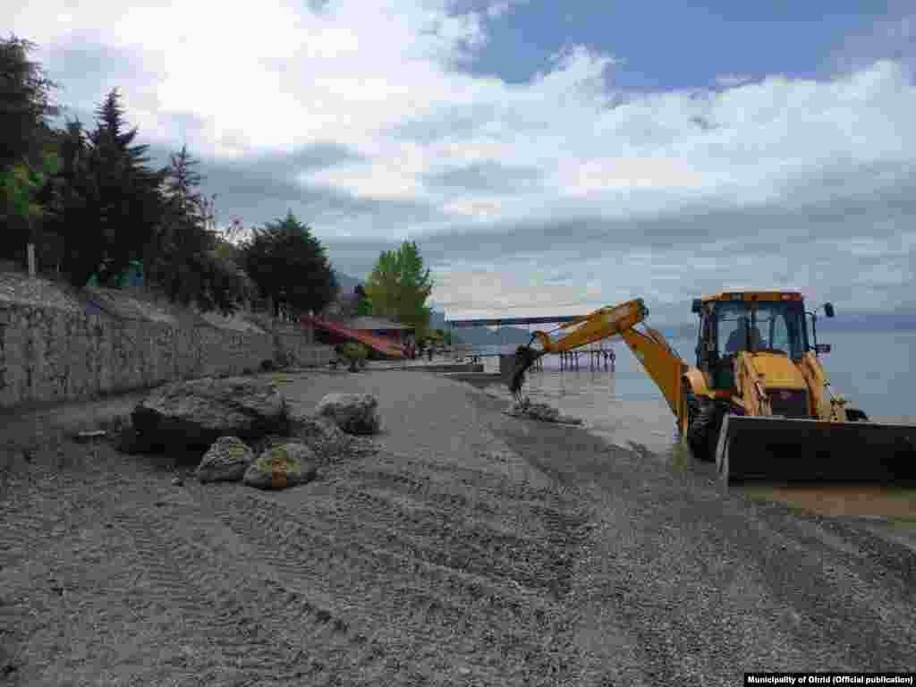 Багер, нает от община Охрид, разчиства македонската брегова линия на езерото. Местни активисти като OhridSOS казват, че тези акции около езерото се правят само за демонстрация в опит да се успокоят наблюдателите на ЮНЕСКО.
