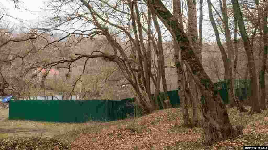 Паркани сягають усе далі в заповідний ліс