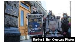 Акция в поддержку украинских пленных и заложников в ДНР и ЛНР у стен Офиса президента Украины