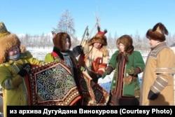 Торжественный отъезд экспедиции из местности Дьэкэй на севере Якутии