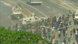 Як броньованими машинами розганяли протестувальників у Венесуелі – відео
