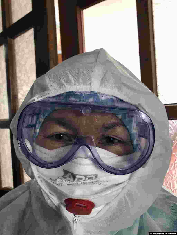 Бактыгүл Турдалиева, 55 жашта. Эмгек стажы - 37 жыл, медайым. Айлык акысы - 6200 сом. Жети-Өгүз районунун Саруу айылынын тургуну. Жолдошу кант диабети менен ооругандыктан тобокелдик тобунда. Фото: Эрик Абдыкалыков.