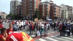 Kolona e njerëzve që i bashkohen protestës