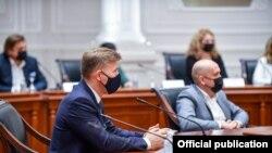 Премиерот Зоран Заев прими делегација бизнисмени и градоначалници од Полска. Премиерот не носи маска за разлика од неговите гости.