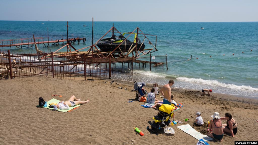 Перші пляжники воліють в основному приймати сонячні ванни. Адже морська вода нагрілася всього до +15 градусів Цельсія