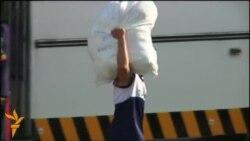 Постраждалі від тайфуну на Філіппінах їдуть до столиці