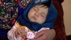 Nëna afgane bëhet studente para syrit të botës