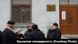 Ветераны крымскотатарского национального движения и родственники осужденных крымских татар требуют встречи с Сергеем Аксеновым у здания Совмина Крыма, 6 ноября 2020 года