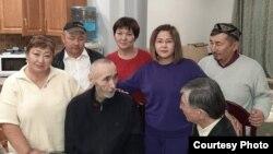 Арон Атабек (ортада) жақындары және жақтастарымен сөйлесіп отыр. Алматы, 1 қазан 2021 жыл.