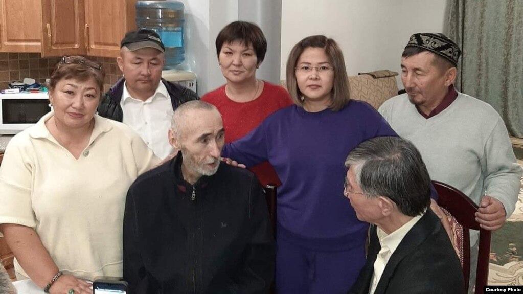 Арон Атабек (второй справа) дома в Алматы после освобождения, 1 октября 2021 года