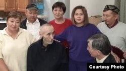 Арон Атабек (второй слева) дома после освобождения из тюрьмы, 1 октября 2021 года