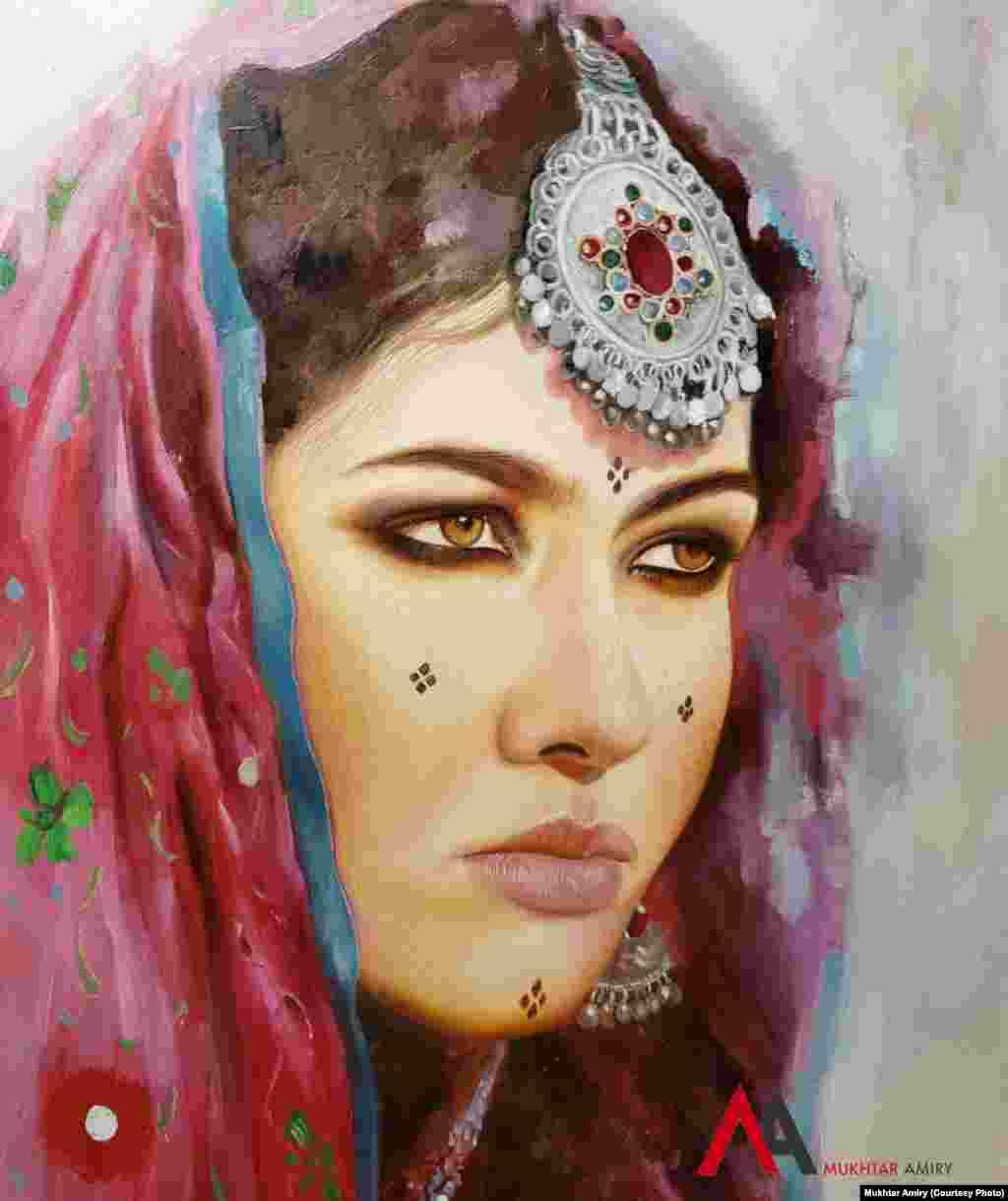 تصویری از زنی با لباس و جواهرات سنتی افغانستان