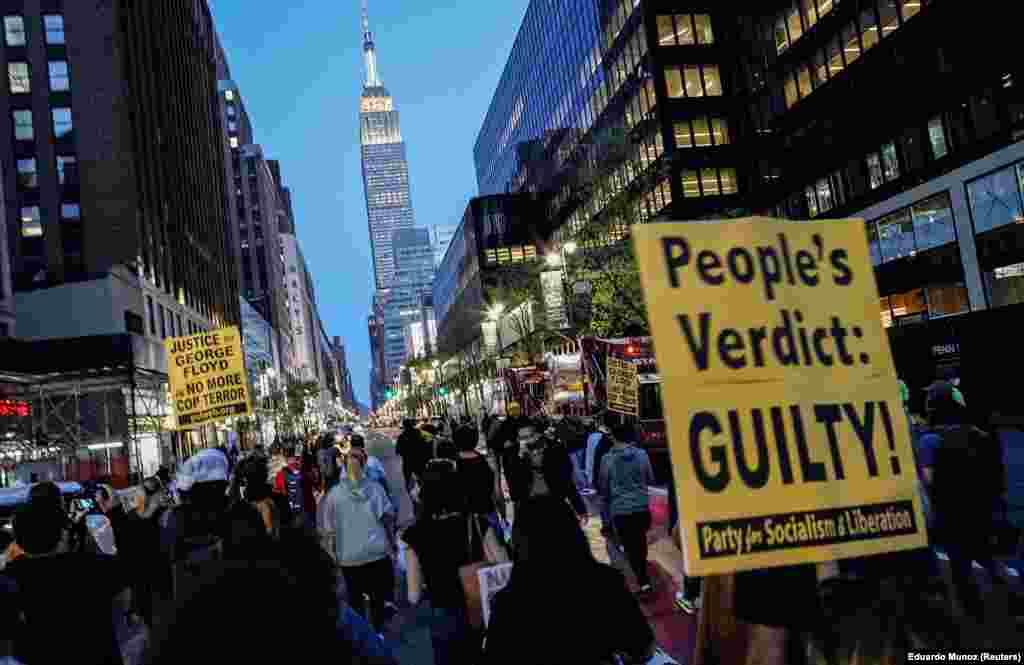 """Njerëzit marshojnë dhe mbajnë në duar parullën ku shkruan """"Fajtor"""", pas vendimit, ku u shpall fajtor ish-zyrtari policor,Derek Chauvin për vrasjen e afrikano-amerikanit, George Floyd në Mineapolis. Nju Jork, 20 prill, 2021."""