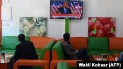 Посетители кафе в Кабуле смотрят выступление Дональда Трампа. Афганистан, 4 ноября 2020 года