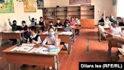 Учащиеся школы № 58 на офлайн-уроке во время пандемии коронавируса. Шымкент, 2 марта 2021 года.