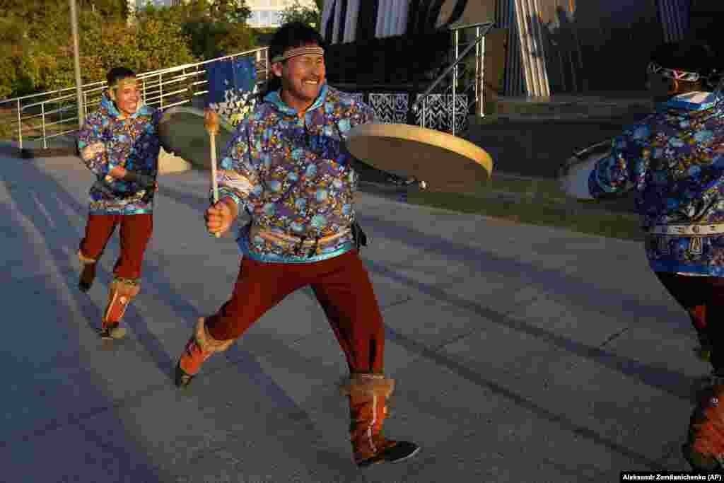 Танцоры-каракі паказваюць сваё ўмельства падчас эканамічнага форума ва Ўладзівастоку.