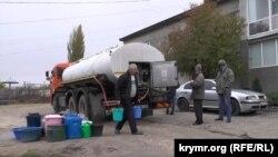 Жители Зеленогорского набирают воду для домашних нужд, декабрь 2020 года
