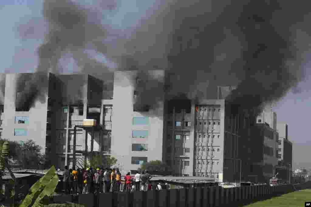 ИНДИЈА - Во производствен капацитет што му припаѓа на најголемиот светски производител на вакцини, Институтот за серуми во Индија (СИИ), денеска избувнал пожар. Службите за итни случаи биле повикани во фабрика на СИИ во Пуна по избувнањето пожар на петтиот кат. Менаџментот на компанијата изјави дека производството на вакцини против Ковид-19 не е засегнато.