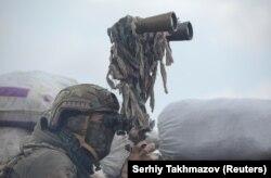 Украина қарулы күштерінің сарбазы дүрбі арқылы Донецк қаласындағы сепаратистер бақылайтын аумақпен шекараны тексеріп тұр. Украина, 6 сәуір 2021 жыл.