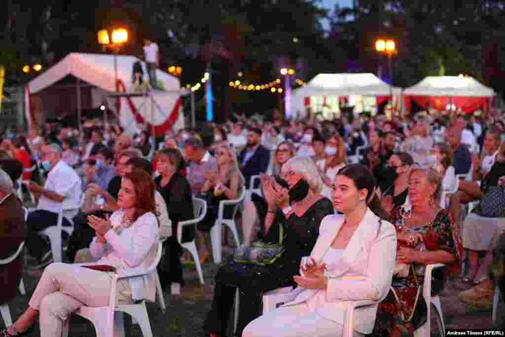 """Spectatori aplaudă începerea galei extraordinare de deschidere a festivalului """"Promenada Operei""""."""