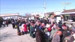 Тысячи людей скопились на границе между Кыргызстаном и Узбекистаном