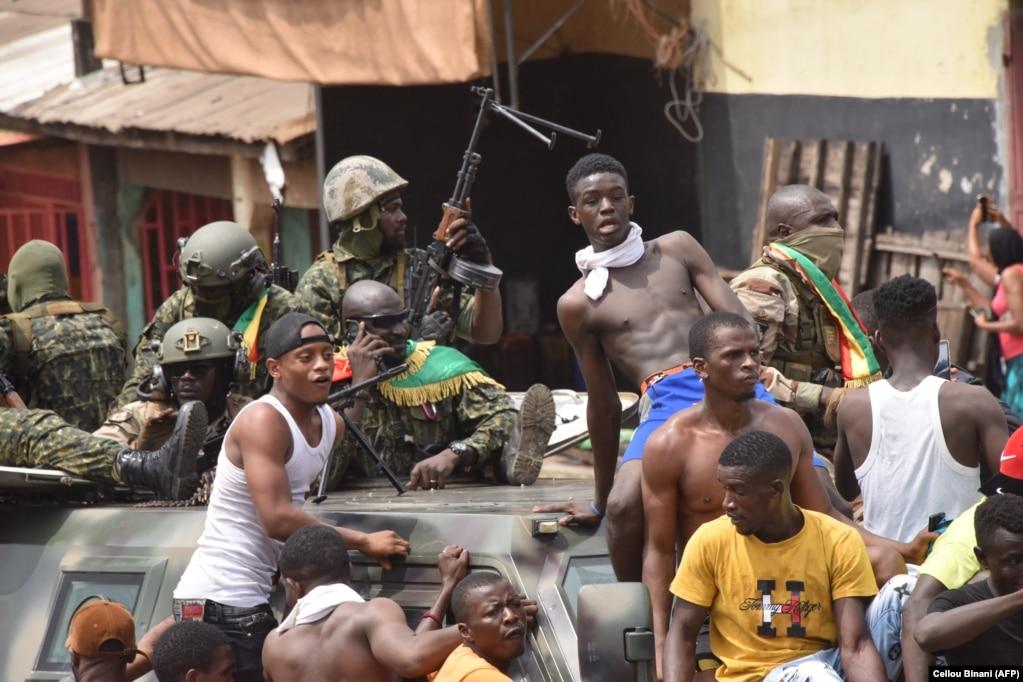 Мятежные военные и жители столицы Гвинеи Конакри. 5 сентября 2021 года