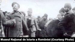 Soldați ruși dansând și cântând pe frontul din Moldova