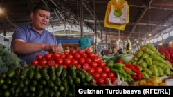 Торговец на Ошском рынке в Бишкеке.
