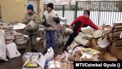 Papírgyűjtést rendeztek az albertfalvai Don Bosco katolikus általános iskolában és óvodában 2005. november 21-én. Az összegyűlt 24 tonna hulladékpapírból befolyt összeget az iskola szépítésére tervezték felhasználni.
