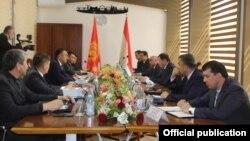 Кыргызстан менен Тажикстандын ички иштер министрлеринин жолугушуусу.