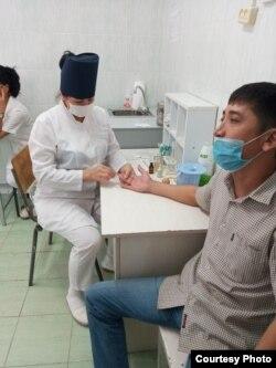 Поликлиника ҳамшираси иш пайтида.