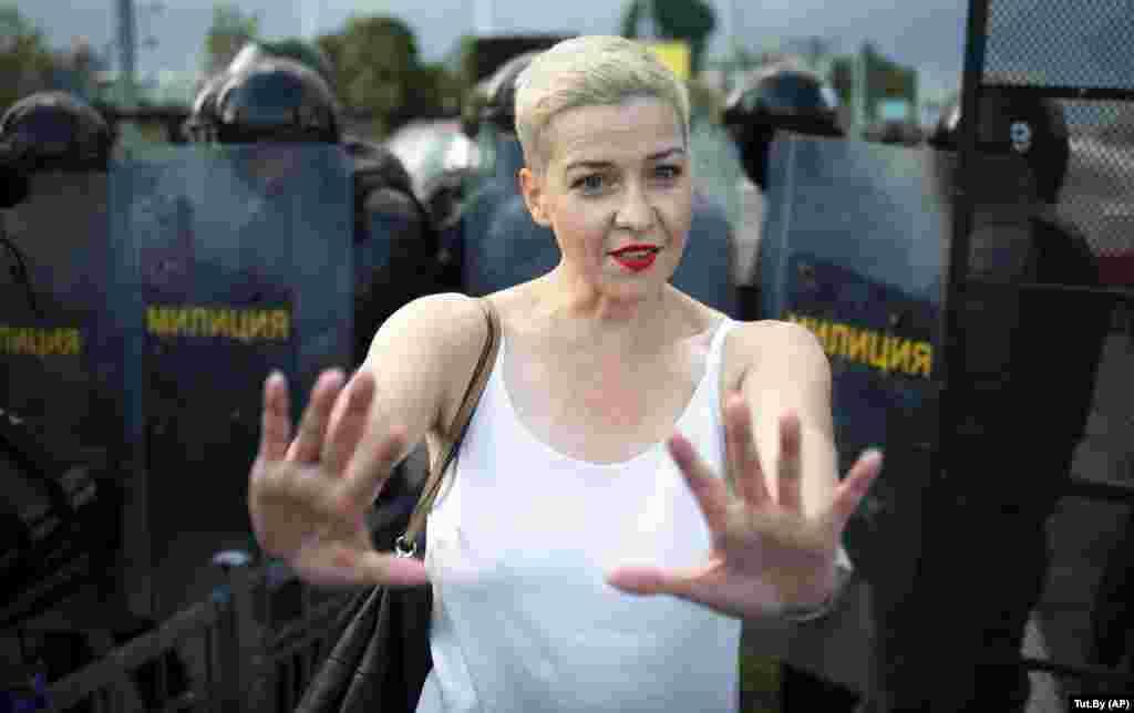 БЕЛОРУСИЈА - Неидентификувани мажи облечени во црно денеска наутро ја грабнале Марија Колесникова, водечка белоруска опозициска фигура, и ја турнале во минибус, објави нејзиниот изборен тим, повикувајќи се на сведоци, јави АФП.
