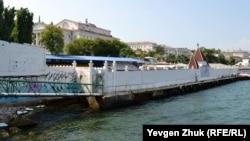 Морський «фасад» дельфінарію