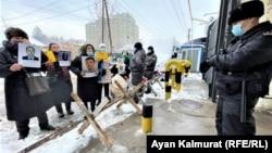 Близкие пропавших без вести или отправленных за решетку в Синьцзяне проводят пикет у консульства Китая в Алматы, 10 февраля 2021 года.