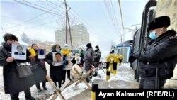 Люди протестуют перед зданием китайского консульства. Алматы, 10 февраля 2021 года.
