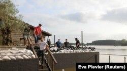 În Arcen, Olanda, populația a ajutat la așezarea sacilor de nisip de-a lungul râului Meuse, cunoscut în Olanda drept Maas, cel care a provocat pagube importante în Belgia.