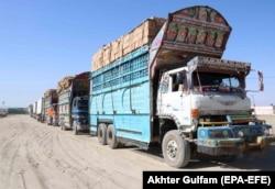 Грузовые машины, перевозящие товары в Афганистан, ожидают таможенной проверки на пакистанской стороне пакистано-афганской границы в Чамане, Пакистан, 15 апреля 2021 года. Пакистан и Афганистан подписали протокол о продлении на три месяца Соглашения о транзитной торговле между Афганистаном и Пакистаном.