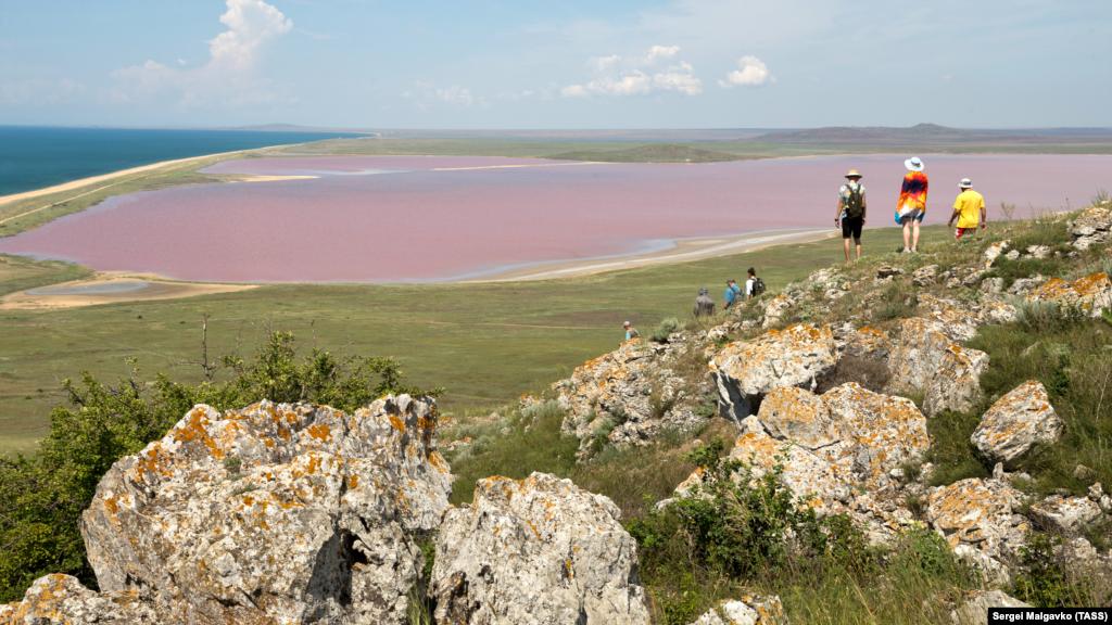 Кояшское озеро пользуется популярностью из-за необычного цвета, который, в зависимости от сезона, меняется от нежно-розового до красного. Изменения оттенков происходят по мере высыхания озера: чем жарче погода, тем цвет насыщеннее