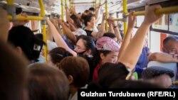 Заполненный автобус в Бишкеке. 2 июня 2021 года.