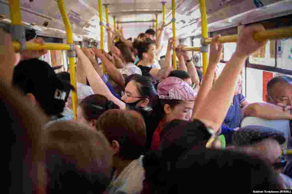 Переполненные автобусы - картина сегодняшнего утра. Если в обычные будни есть шанс доехать до работы или учебы в относительно свободном транспорте, то сегодня об этом нет и речи.