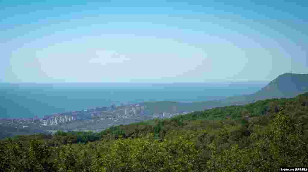 Так виглядає Алушта і Чорне море з центру Лаванди