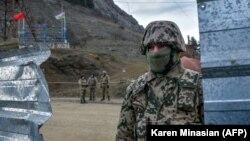 Արցախ - Ադրբեջանցի զինծառայողը Շուշիի մերձակայքում տեղակայված անցակետում, արխիվ