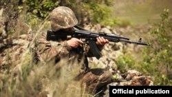 Հայաստանի Զինված ուժերի զինծառայողը մարտական հերթապահության ժամանակ, արխիվ