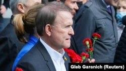 Viktor Medvedciuk depunând flori la monumentul ostașului necunoscut din Kiev. 11 mai 2021
