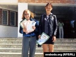 Школьніца Вольга Семчанка (зьлева) зь сяброўкай
