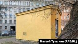 Трансформаторная будка, на которой было граффити с Навальным