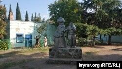 Пам'ятник жертвам депортації кримських татар в сквері біля мечеті