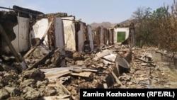 Дома в селе Достук, разрушенные в ходе конфликта на границе.